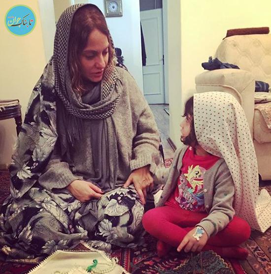 نماز دو نفره مهماز افشار و دختر کوچولوی او