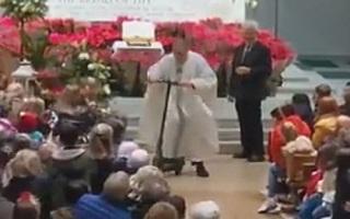 رفتار بچه گانه کشیش در کلیسا همه را متحیر کرد