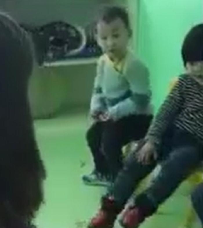 واکنش جالب کودک چینی به چهره اروپایی مربی اش