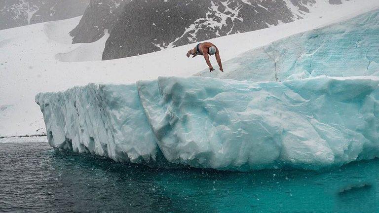 شکستن رکورد شنا در زیر یخ