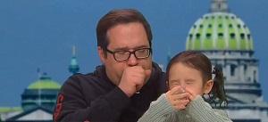 اقدام عجیب مرد مشکوک به کرونا در مصاحبه زنده تلویزیونی
