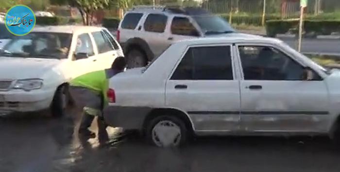 بسته خبری: تلاش برای خاموش کردن خودروی آتش گرفته با فوت کردن!