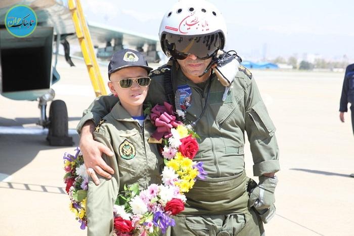 تیکآف هواپیما جنگنده برای شادی پسربچه بیمار