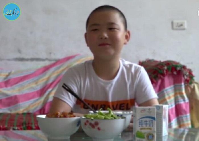 پسرفداکاری که برای نجات پدرش غذا می خورد!