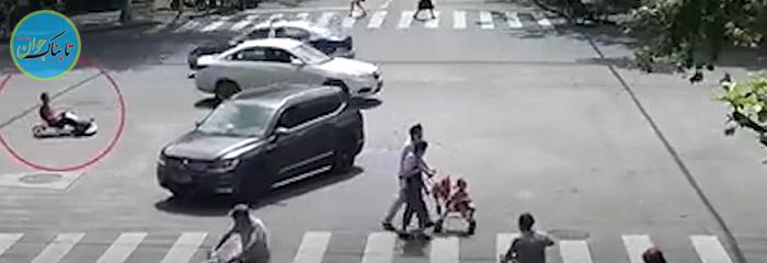 رانندگی با ماشین اسباب بازی در خیابان شلوغ!