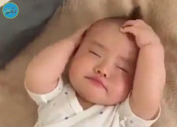 لحظه بیدار شدن بامزه کودک از خواب +فیلم