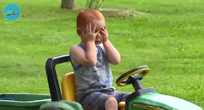 فرار کودک 2 ساله از خانه با تراکتور برقی!