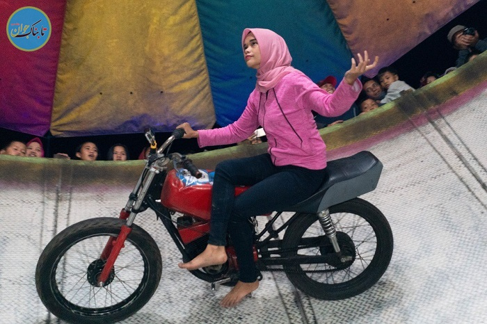 موتورسواری دخترمحجبه روی دیوار مرگ