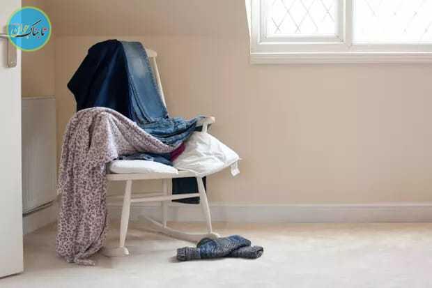 لباس ها روی صندلی