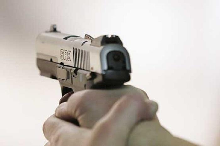 کتک خوردن تروریست قلابی با اسلحه اسباب بازی