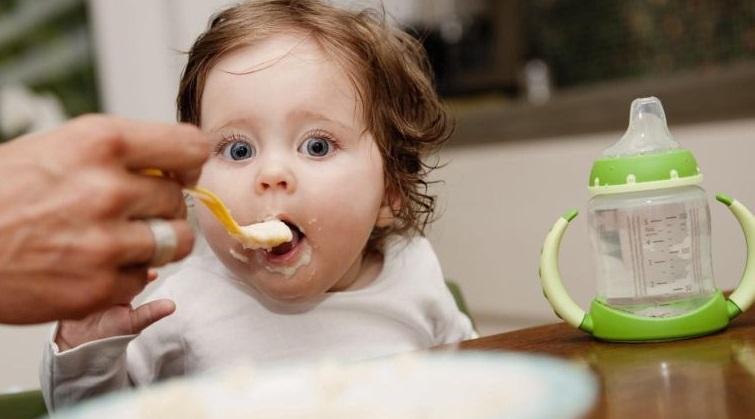 غذا خوردن بچه