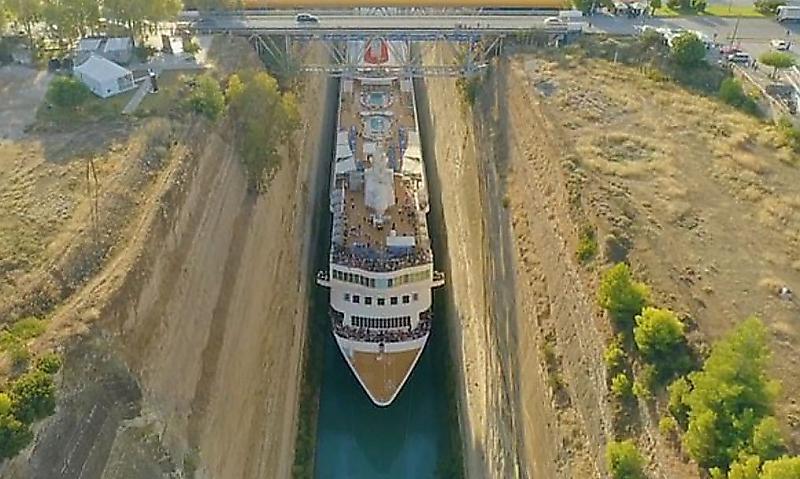 عبور کشتی از کانال باریک