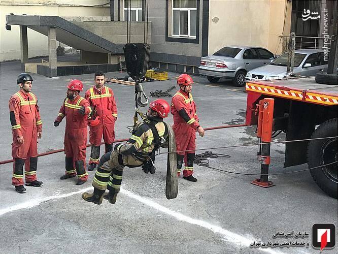 بلعیده شدن خودرو بع دلیل فروکش کردن زمین + تصاویر