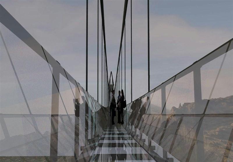 لحظه عبور از پل معلق شیشه ای