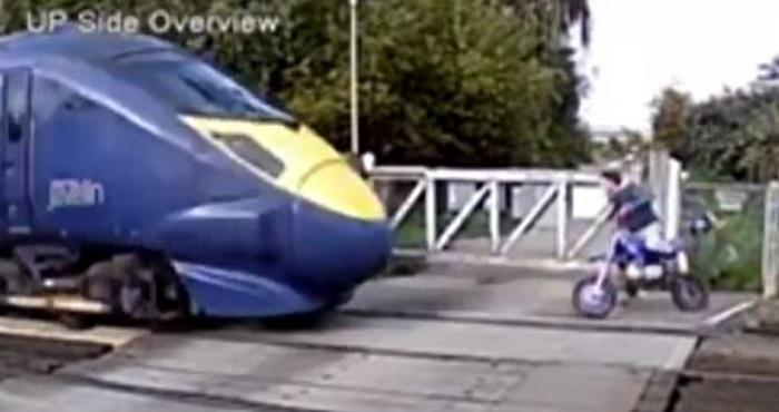 فرار میلیمتری جوان موتورسوار از برخورد با قطار