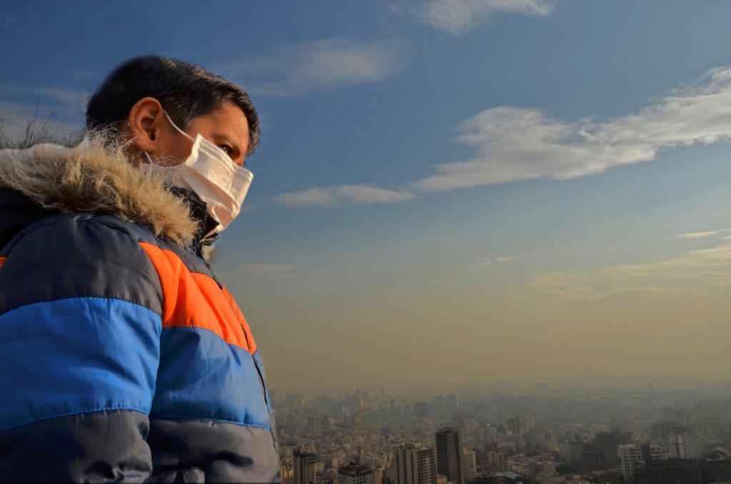 کودک ماسک زده در آلودگی هوا