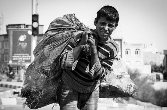 بازی کودکان هندی در موجهای سمی دریا