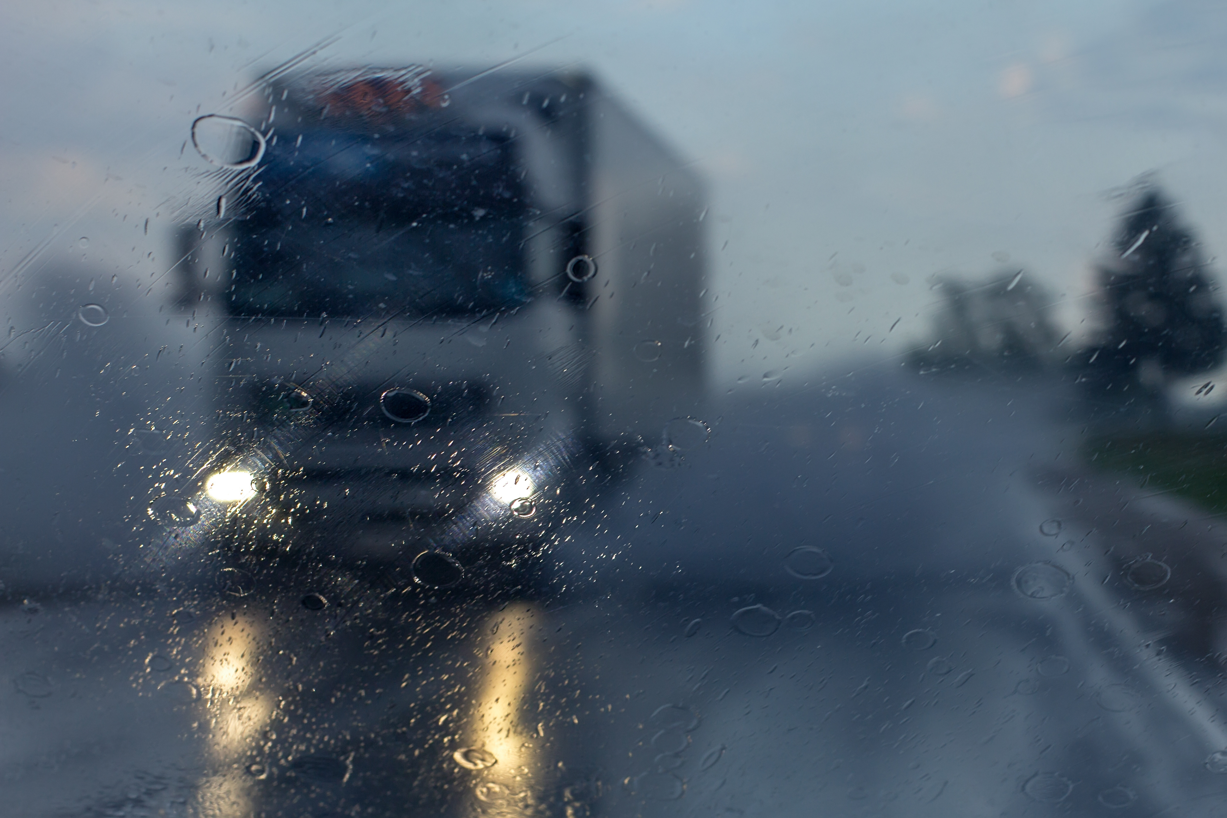 توصیه راننده کامیون به رانندگان در روزهای بارانی