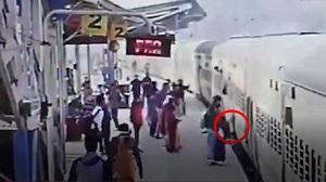 نجات نفس گیر زن سقوط کرده از سکوی قطار