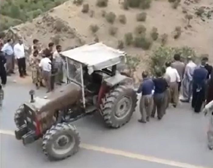 تلاش دسته جمعی مردم کرد برای خارج کردن پژو از دره