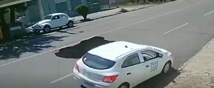 لحظه بلعیده شدن ناگهانی خودرو وسط خیابان
