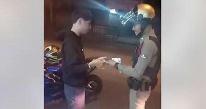 صحنه زیبا که پلیس در هنگام جریمه کردن خلق کرد!
