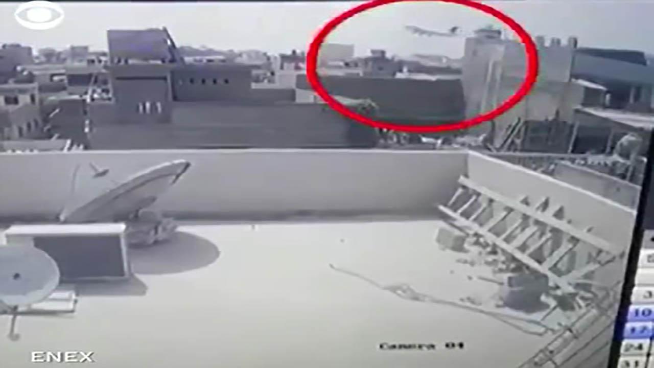 لحظه سقوط هواپیمای پاکستان