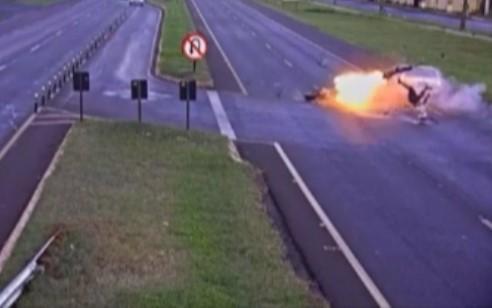 منفجر شدن موتور سیکلت هنگام تصادف