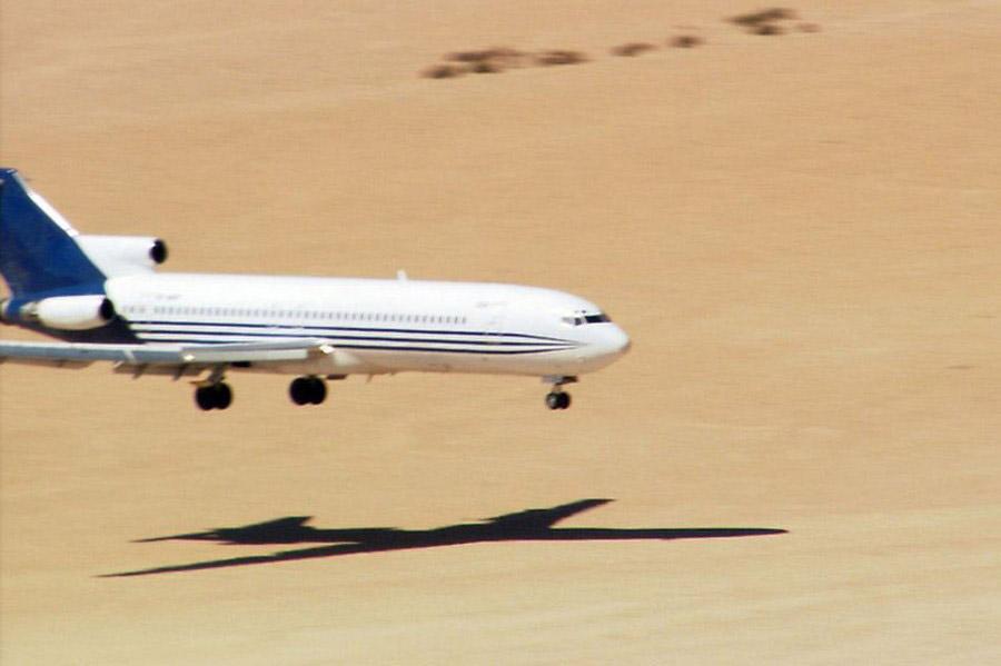 تست وحشتناک فرود هواپیما بر روی شن