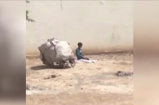 نماز خواندن کودک کار