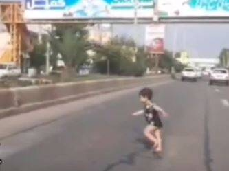 لحظه نجات کودک از مرگ با هوشیاری راننده ایرانی