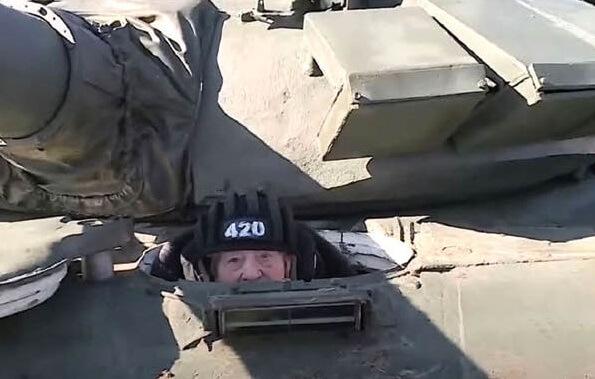 رانندگی پیرزن با تانک