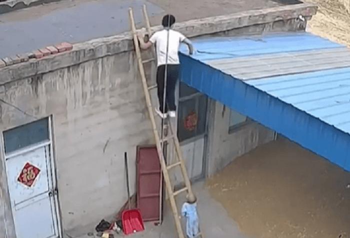 نردبان و کودک