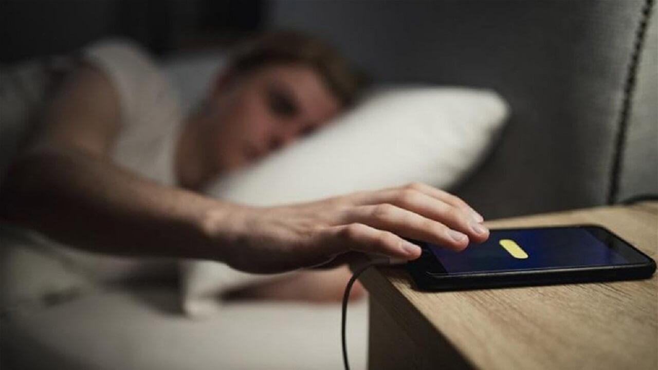 کار با گوشی هنگام خواب
